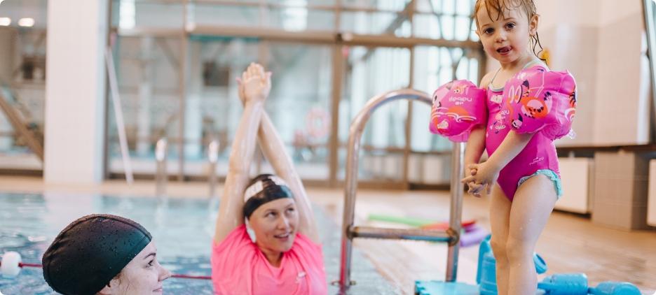 Rehabilitacja niemowląt dzięki zajęciom na basenie